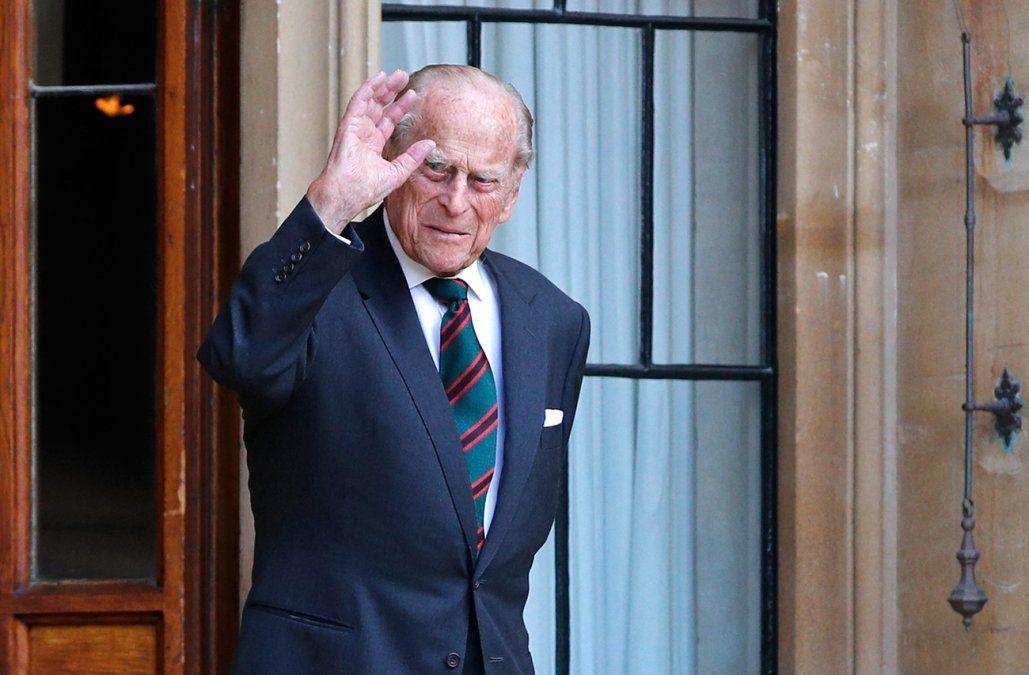 El príncipe Felipe, esposo de la reina Isabel, seguirá hospitalizado este fin de semana