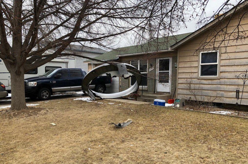 Caen fragmentos desde un avión averiado sobre casas en la ciudad de Denver, en EEUU
