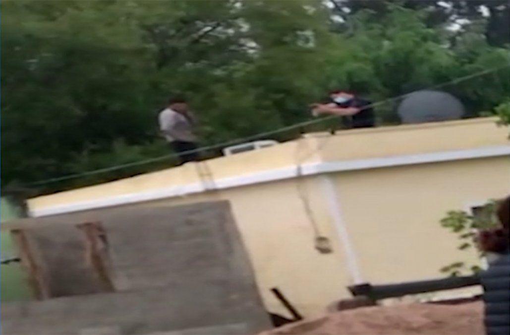 Robó cables, se quiso escapar por un techo y un policía le disparó al tobillo