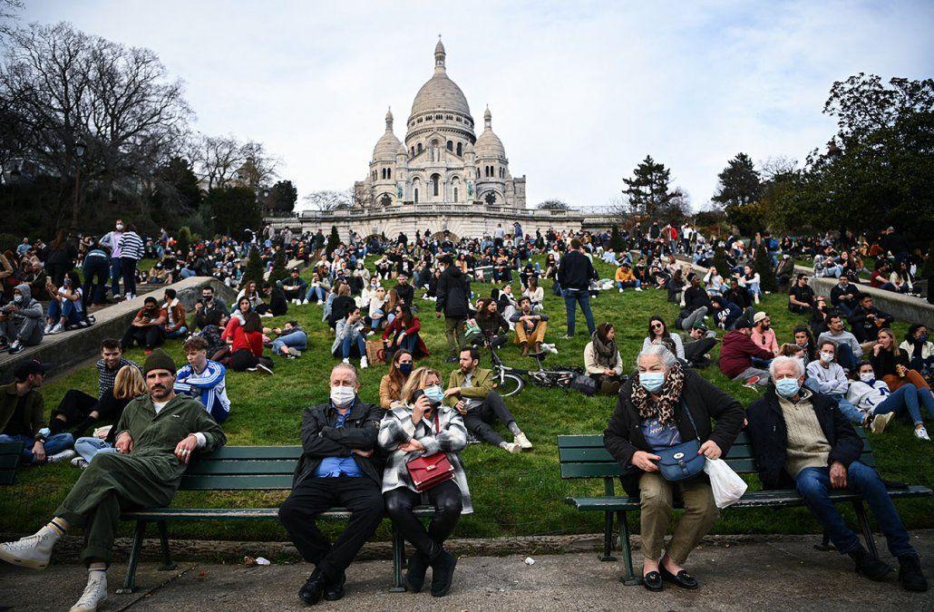 Personas se reúnen frente a la Basílica del Sacre Coeur en la cima de la colina de Montmartre en París.