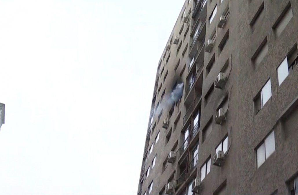 Incendio en un apartamento llevó a los bomberos a evacuar todo el edificio