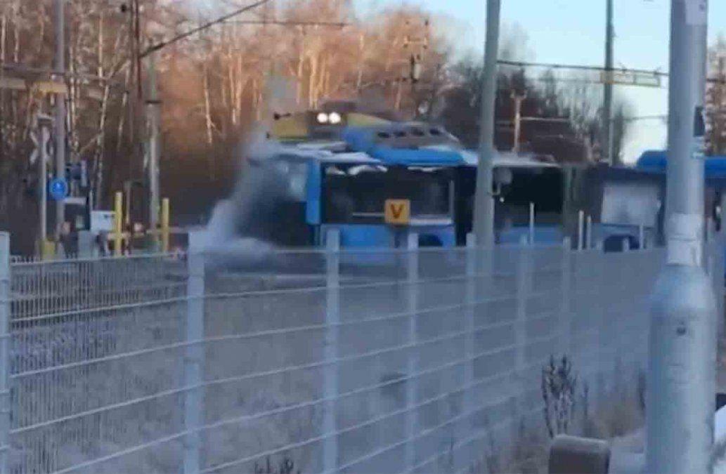 Impactantes imágenes de un tren que choca un ómnibus con 50 pasajeros adentro