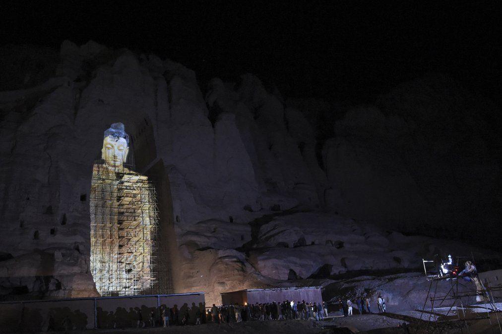 La gente observa una proyección tridimensional del Buda Salsal de 56 metros de altura en el lugar donde se encontraban las estatuas de los Budas de Bamiyán antes de ser destruidas por los talibanes.