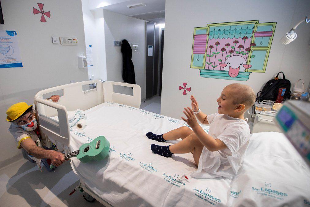 Un payaso de la ONG Sonrisa Medica (Medical Smile) actúa para Emilyn