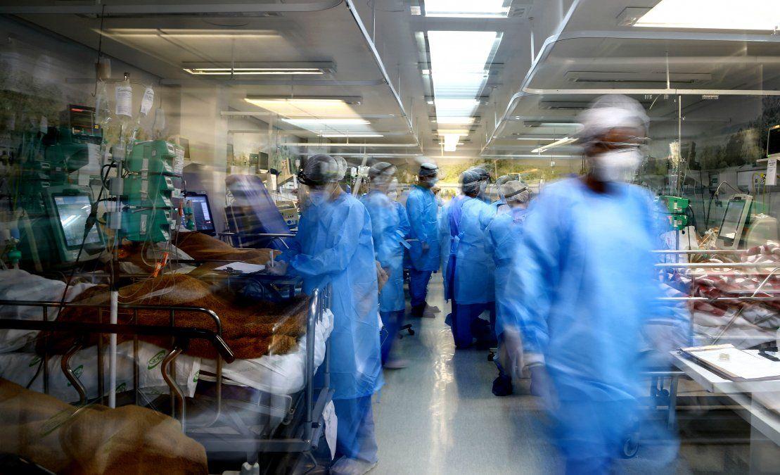 Los trabajadores de la salud atienden a los pacientes infectados por COVID-19 en la sala de emergencias completa del hospital Nossa Senhora da Conceiao en Porto Alegre