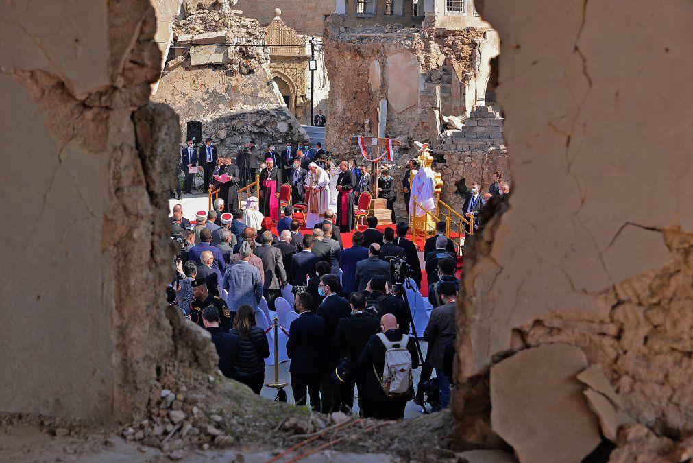 El Papa Francisco se dirige a la gente desde el podio en la plaza cerca de las ruinas de la Iglesia católica siríaca