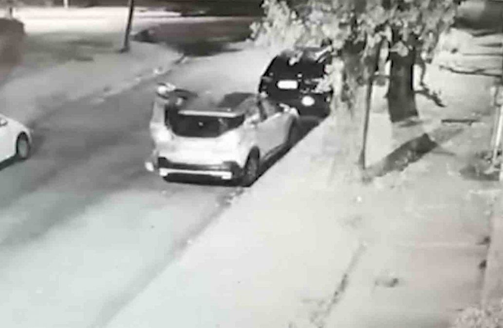 Cámaras registraron cuando dos delincuentes asaltaron a punta de revólver a una familia