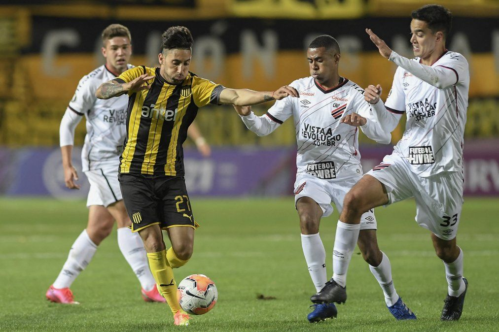 Urretaviscaya ante Atlético Paranaense en octubre de 2020