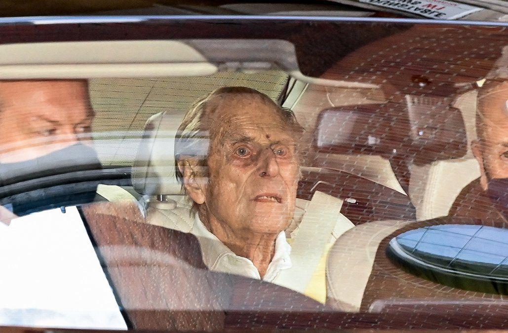 El marido de la reina Isabel II salió del hospital tras un mes internado