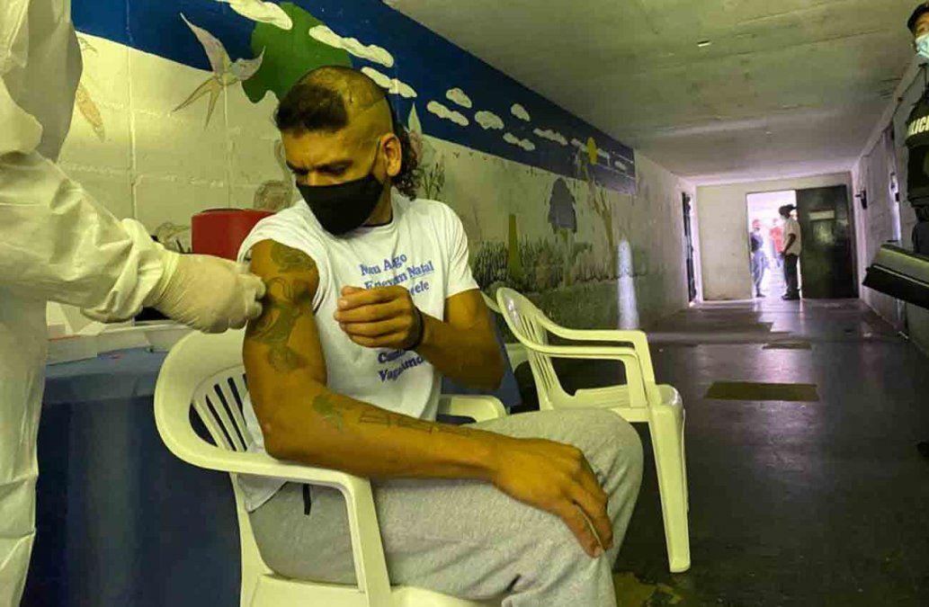 Casi 2.000 reclusos del Santiago Vázquez son vacunados contra el Covid-19