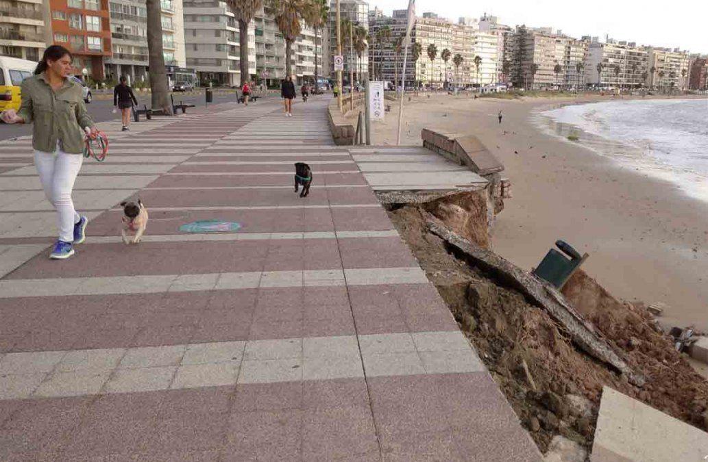Destrozos en el muro de la rambla a causa de los fuertes vientos
