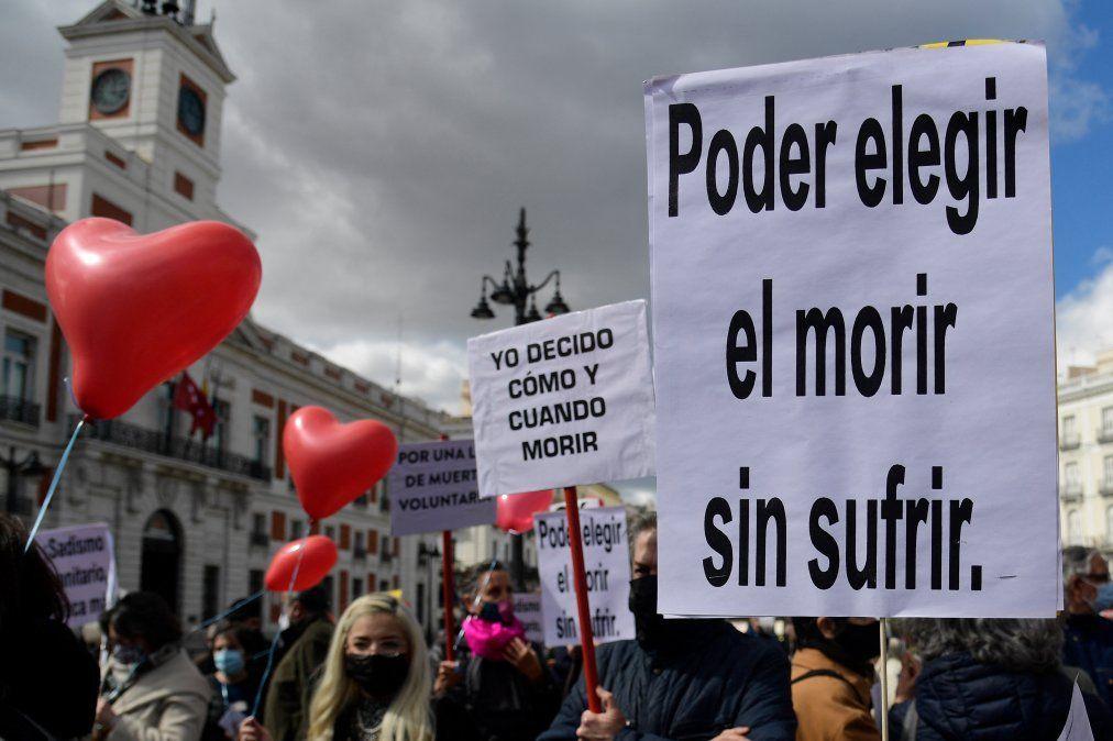 Bajo la consigna yo decido cuándo y cómo muero se desarrolló una marcha en Madrid este 18 de marzo frente al Parlamento español