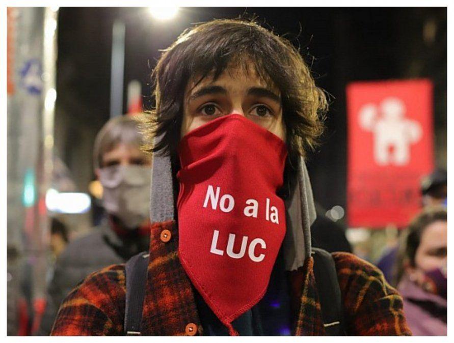 Un joven contra la LUC. En febrero el PIT-CNT presentó 133.000 firmas