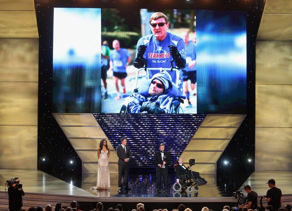Murió Dick Hoyt, el hombre que completó 32 maratones llevando a su hijo tetrapléjico