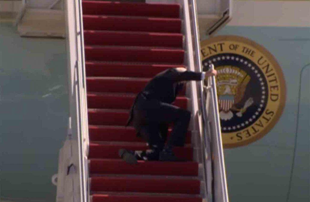 Joe Biden se tropezó tres veces cuando subía al avión presidencial