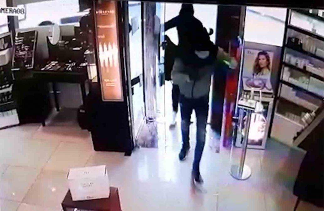 Cuatro delincuentes robaron más de U$S 10 mil en mercadería en una perfumería