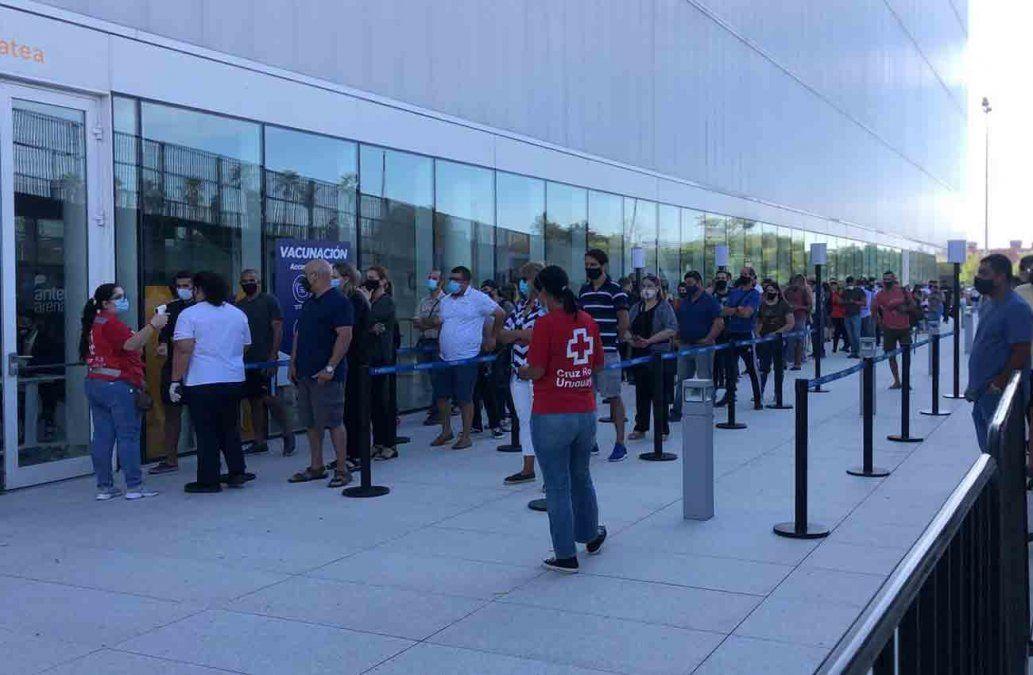 Foto: fila en el Antel Arena para recibir la vacuna contra el Covid