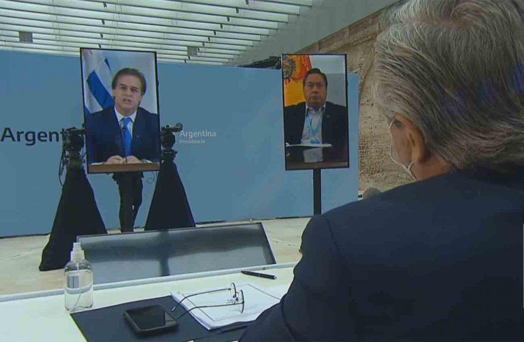 Lacalle Pou y Alberto Fernández (de espaldas) en la cumbre de presidentes del Mercosur.