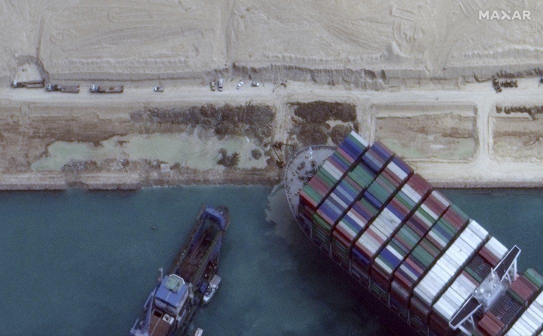 Reanudan tráfico por el Canal de Suez tras desencallar al portacontenedores Ever Given