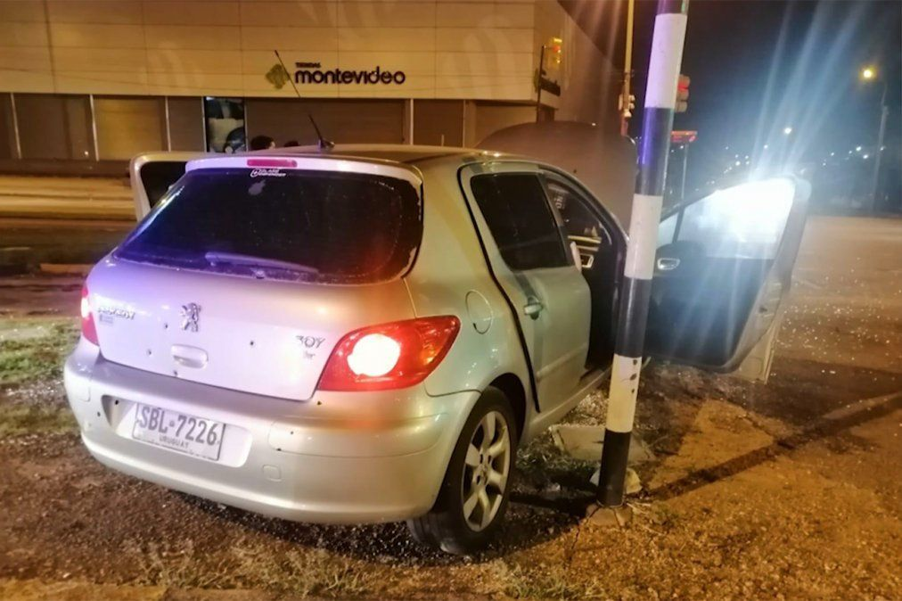 Persecución y tiroteo en avenida Italia terminó cuando delincuentes chocaron un semáforo