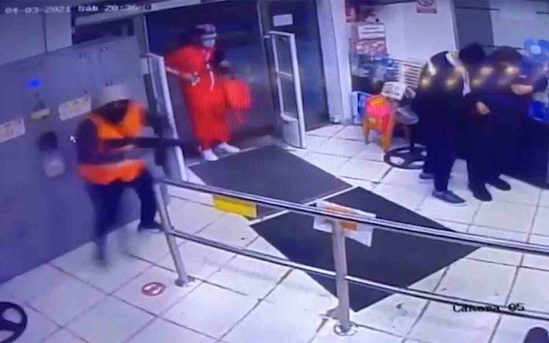 Seis delincuentes, uno vestido de guardia y otro de Pedidos Ya, asaltaron un supermercado
