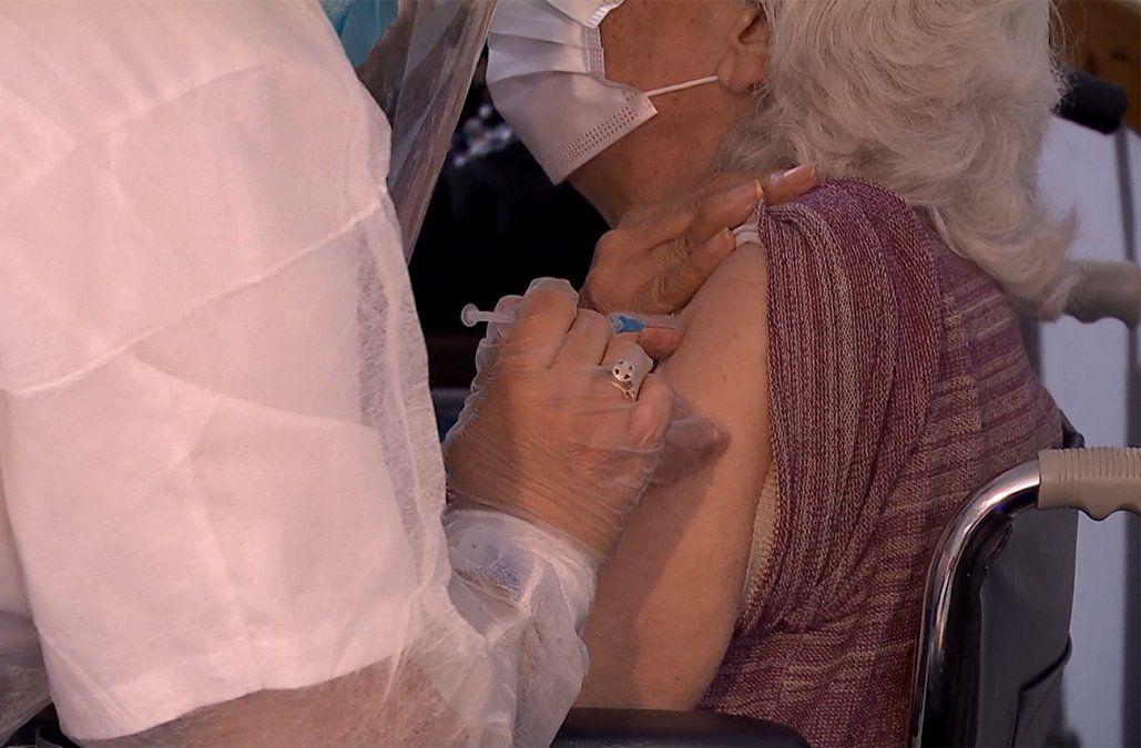 Mayores de 80 vacunados con Pfizer desde el 10 de abril recibirán la segunda dosis a los 49 días