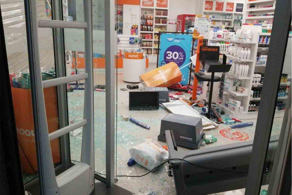 Robo a farmacia del Cordón: destrozaron fachada con un auto y se dieron a la fuga