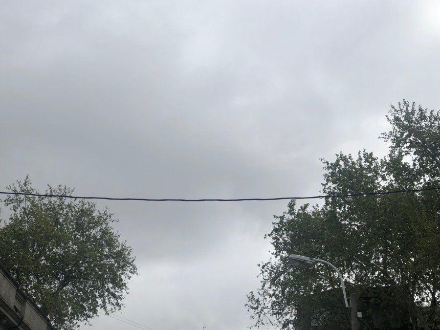 Sábado con cielo nuboso y cubierto; con precipitaciones, tormentas y mejoras temporarias
