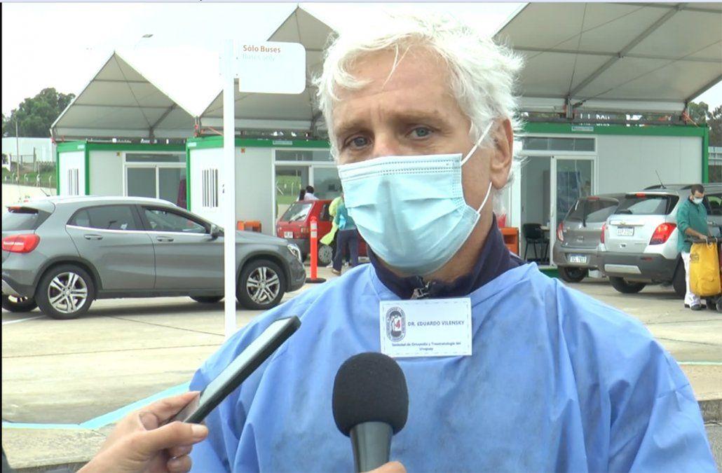 Traumatólogos colaboran con la vacunación en el aeropuerto de Carrasco