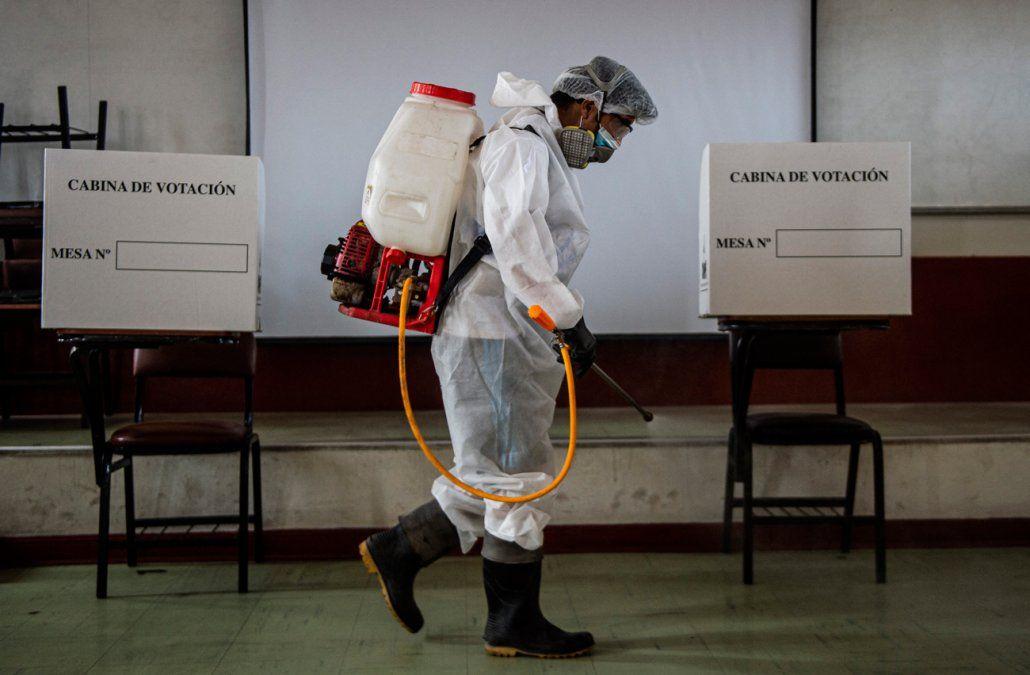Abren centros de votación en Perú en elecciones inciertas