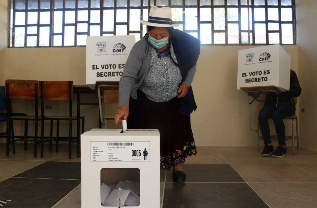 Ecuador elige presidente en duelo entre izquierda y derecha
