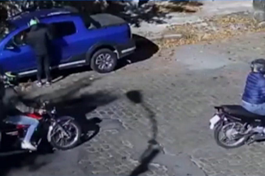 Motochorros en Capurro: asaltaron a una mujer y todo quedó registrado