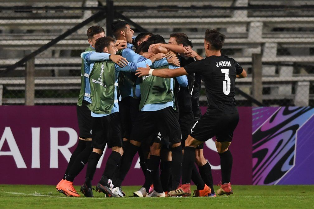 Catarozzi celebra el gol que cierra el partido sobre el final.