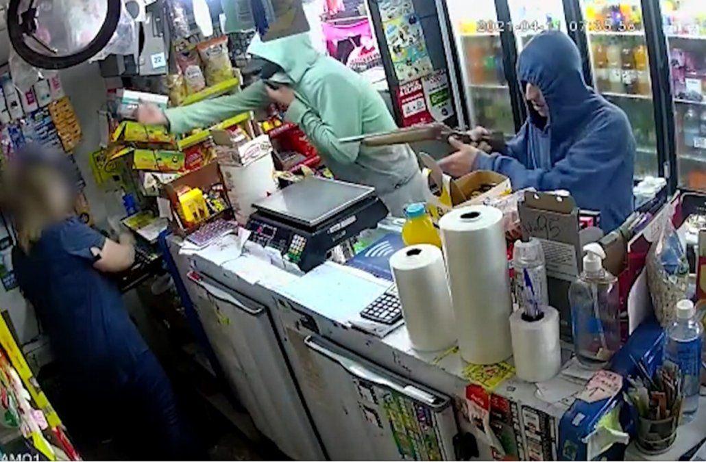 Dueño de un almacén corrió a los tiros a dos delincuentes que entraron a robar