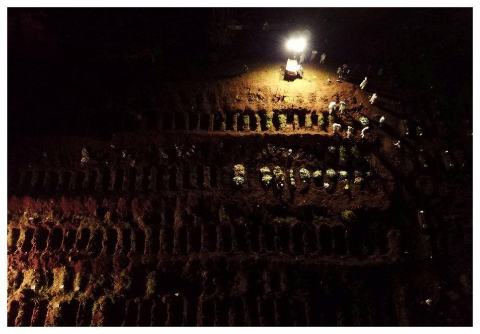 Entierros nocturnos por el Covid-19 en Sao Paulo: la nueva normalidad del mayor cementerio de América Latina