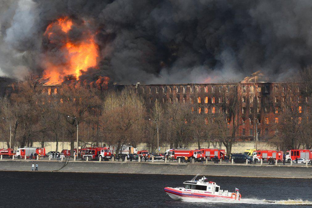 Los bomberos trabajan para extinguir un incendio en una fábrica histórica en San Petersburgo.
