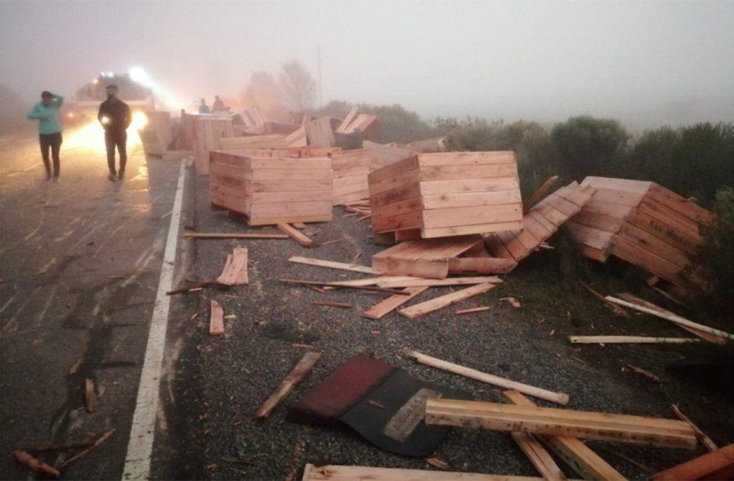 Choque frontal en ruta 3: dos camiones y dos autos involucrados