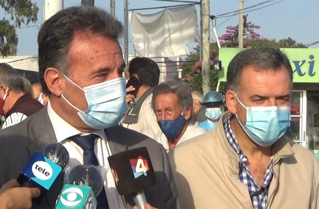 Daniel Salinas y Yamandú Orsi recorrieron vacunatorios, entre elogios y alguna queja