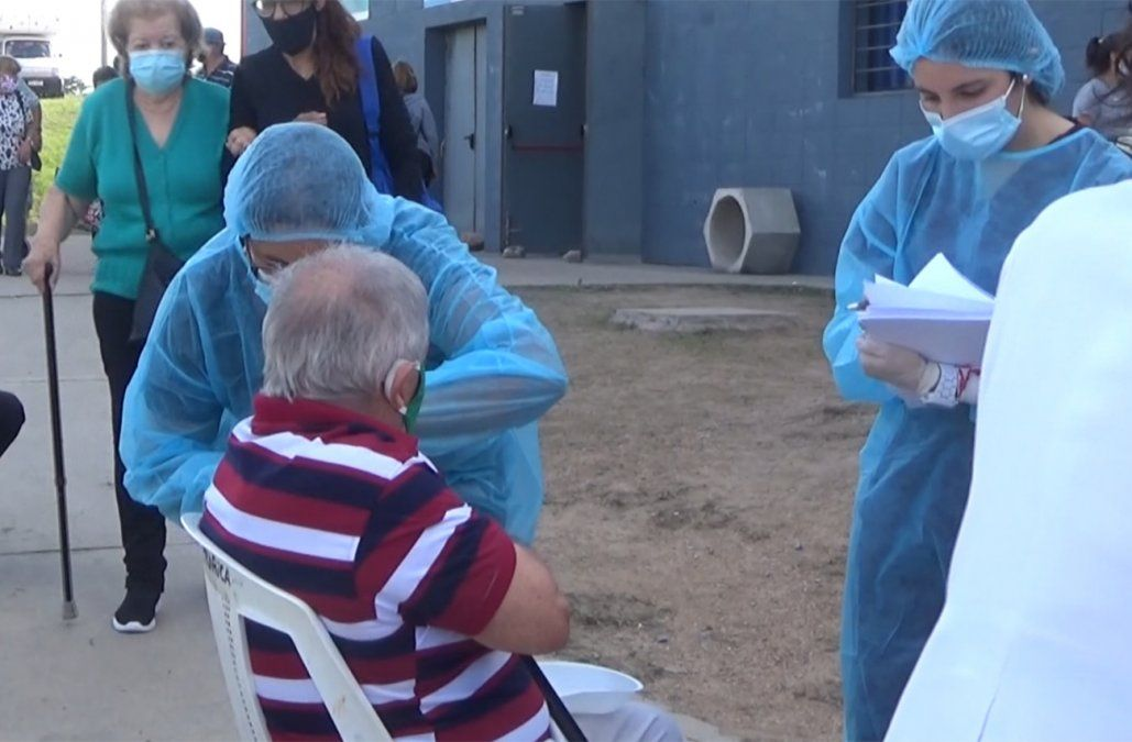 Hombre mayor de 70 años recibió por error dos dosis de Astrazeneca el mismo día