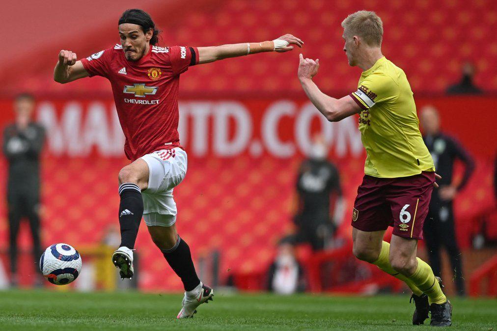 Cavani sale del banco de Manchester United y convierte ante Burnley su tercer gol al hilo