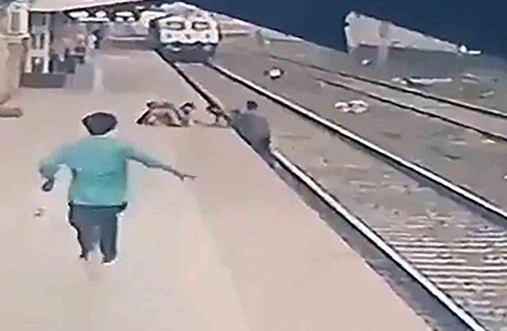 Impresionante rescate de un niño en las vías de tren en India