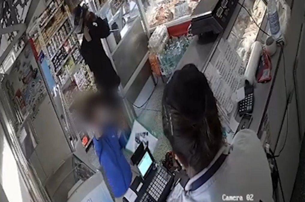 Dos delincuentes y un niño asaltaron una carnicería en el Cerrito de la Victoria