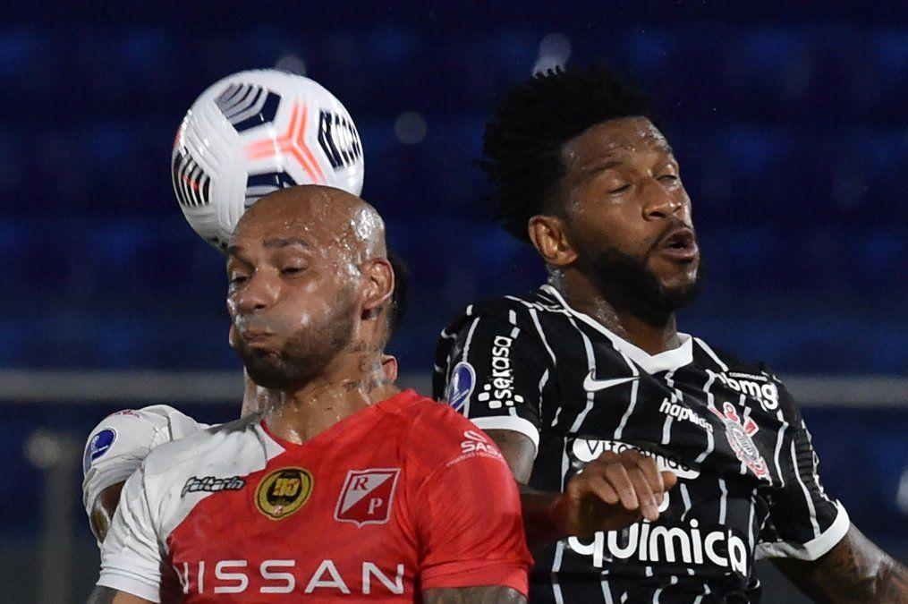 Dionisio Pérez (RP) disputa la pelota con Guilherme Camacho (C)