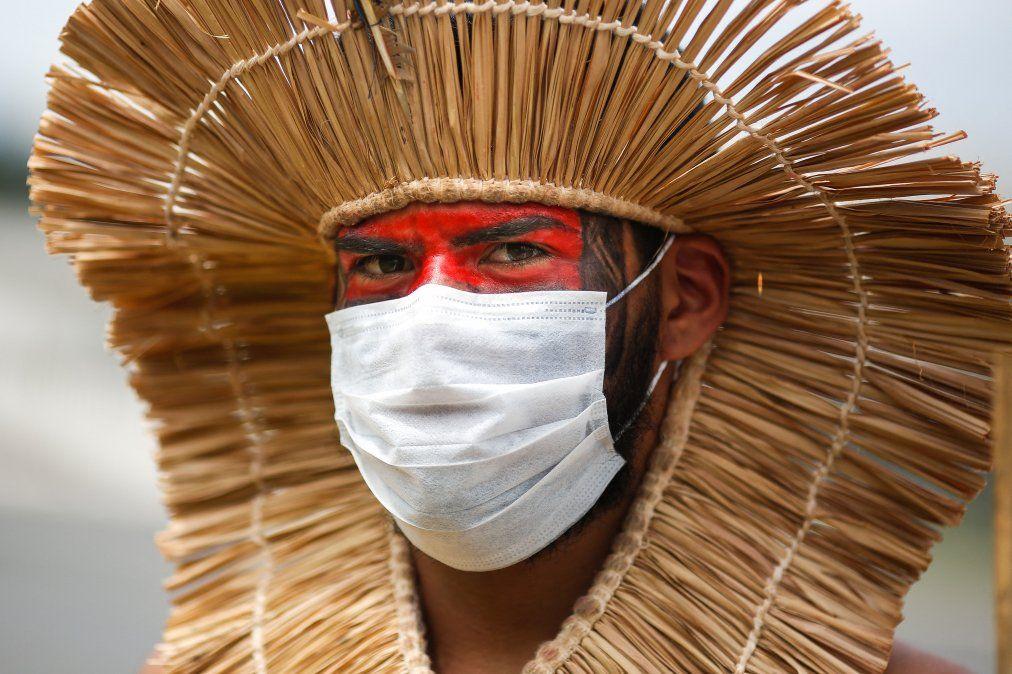 Un hombre indígena usa una máscara protectora durante una protesta contra la política minera del presidente Jair Bolsonaro con respecto a las tierras indígenas.