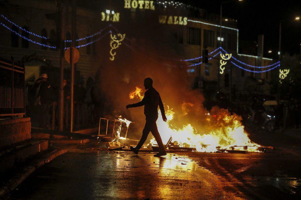 Las calles se incendian cuando los miembros de las fuerzas de seguridad israelíes se despliegan durante los enfrentamientos con manifestantes palestinos fuera de la Puerta de Damasco en Jerusalén.