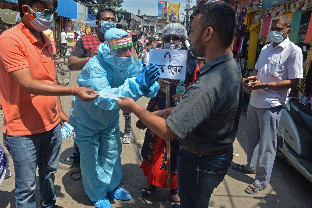 Voluntarios de una ONG salen a las calles a pedir a los transeúntes que usen mascarillas