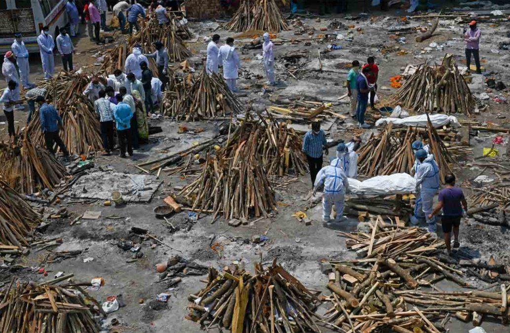 Ante ola de muertes por Covid-19, India convierte un estacionamiento en un crematorio