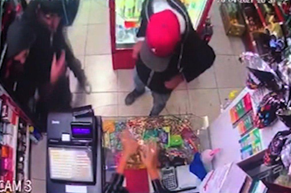 Delincuentes armados asaltaron un comercio y tomaron a un cliente como rehén
