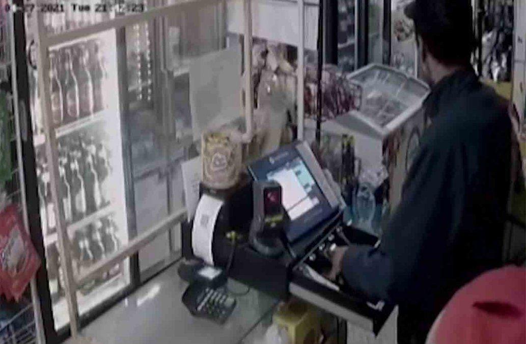 Buscan a dos delincuentes que rapiñaron una panadería y quedaron filmados