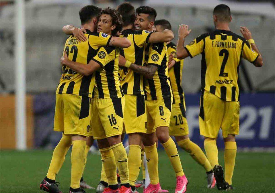 Jugando muy bien, Peñarol le ganó 2 a 0 a Corinthians por la Sudamericana